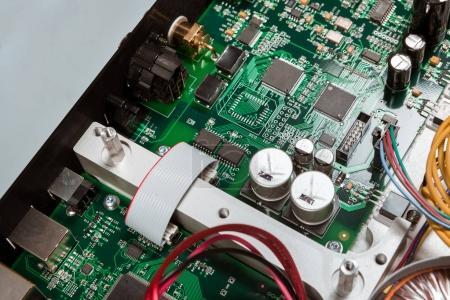 Foto de Circuitos digitales con microchips y componentes - Imagen libre de derechos