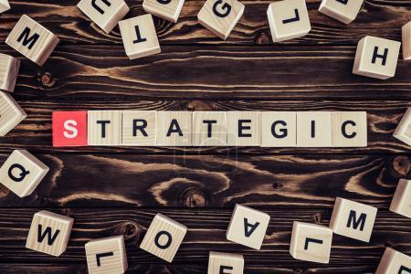 Photo pour Vue du dessus de l'inscription de stratégie en blocs de bois sur une surface en bois brun - image libre de droit