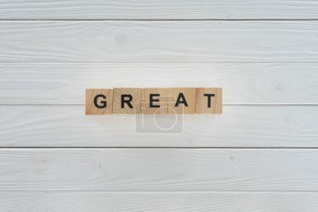 Photo pour Vue du dessus d'une grande inscription faite de blocs sur une table en bois blanc - image libre de droit