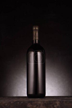 Photo pour Bouteille unique de vin rouge de luxe sur noir - image libre de droit