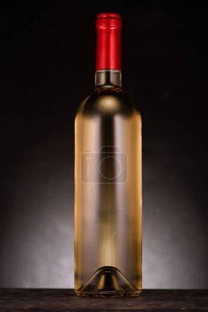 Photo pour Bouteille de vin de luxe blanc sur fond noir - image libre de droit