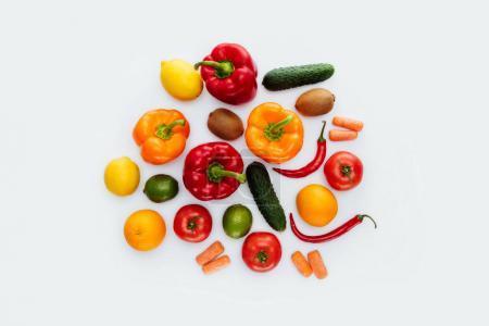 Foto de Vista superior de diferentes verduras y frutas aislados en blanco - Imagen libre de derechos