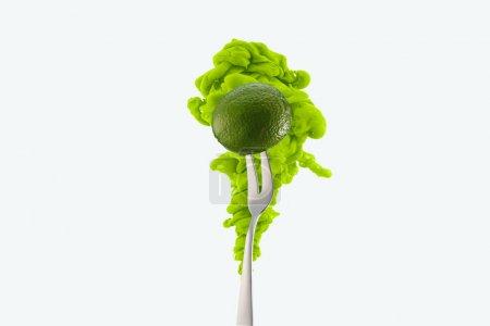 Photo pour La chaux sur la fourche et de l'encre vert isolé sur blanc - image libre de droit