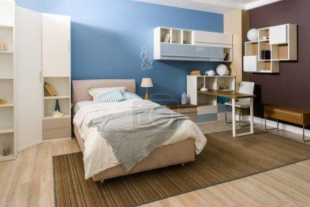 Photo pour Literie sur lit dans une chambre confortable dans des tons bleus - image libre de droit