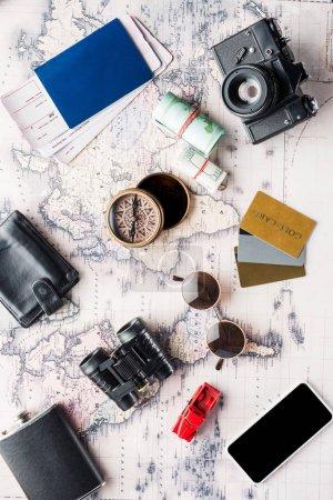 Photo pour Vue du dessus de désordre différents des attributs de voyage sur la carte - image libre de droit