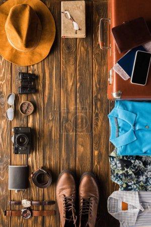 Photo pour Cadre en valise vintage avec bagages pour voyager sur une surface en bois - image libre de droit