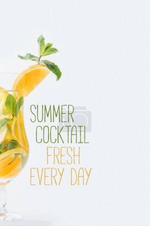 Photo pour Vue rapprochée d'été cocktail frais à la menthe et des morceaux d'agrumes, cocktail d'été frais tous les jours lettrage isolé sur blanc - image libre de droit