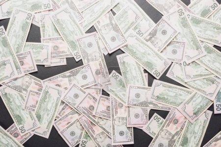 Photo pour Vue du haut des billets dispersés en dollars sur fond gris - image libre de droit