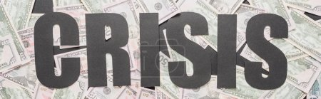 Photo pour Vue du haut de la crise des mots noirs sur les billets éparpillés en dollars, prise de vue panoramique - image libre de droit