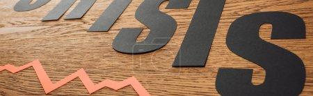 Photo pour Plan panoramique de la crise des mots coupés en papier recadré près du diagramme sur la surface en bois - image libre de droit