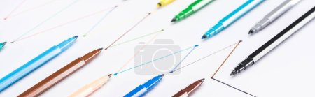 Photo pour Photographie panoramique de stylos à pointe de feutre colorés sur fond blanc avec lignes tracées reliées, concept de connexion et de communication - image libre de droit