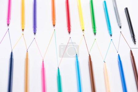 Photo pour Vue de dessus des stylos feutre sur fond blanc avec lignes tracées connectées, concept de connexion et de communication - image libre de droit