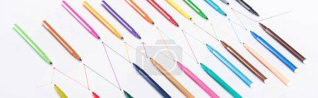 Photo pour Plan panoramique de stylos feutre sur fond blanc avec lignes tracées connectées, concept de connexion et de communication - image libre de droit