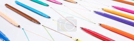 Photo pour Photographie panoramique de stylos à bout feutre sur fond blanc avec lignes tracées reliées, concept de connexion et de communication - image libre de droit