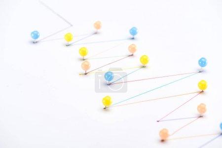 Foto de Líneas trazadas en colores con pines, conexión y concepto de comunicación. - Imagen libre de derechos