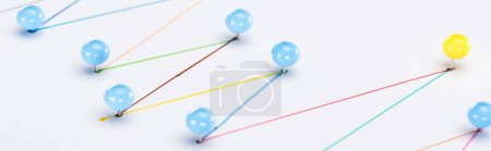 Photo pour Vue de près des lignes colorées connectées tracées avec épinglettes, connexion et concept de leadership - image libre de droit