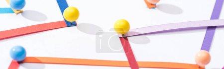 Photo pour Vue de près des lignes interconnectées abstraites multicolores avec épinglettes, concept de connexion et de communication - image libre de droit