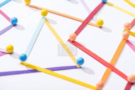 Foto de Líneas abstractas multicolores conectadas con pines, conceptos de conexión y comunicación. - Imagen libre de derechos
