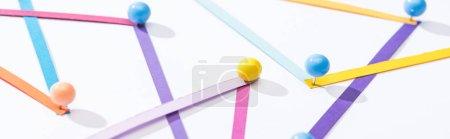 Photo pour Photo panoramique de lignes abstraites multicolores connectées avec épinglettes, concept de connexion et de communication - image libre de droit