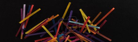 Foto de Vista superior de líneas abstractas multicolores aisladas sobre fondo negro, conexión y concepto de comunicación. - Imagen libre de derechos