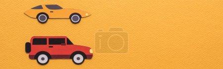 Photo pour Vue du dessus des voitures découpées en papier sur fond orange avec espace de copie, vue panoramique - image libre de droit