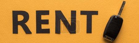 Photo pour Vue du dessus du papier coupé lettrage de location et clé de voiture sur fond orange, photo panoramique - image libre de droit