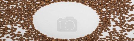 Photo pour Cadre rond de nourriture sèche pour animaux isolés sur blanc, vue panoramique - image libre de droit