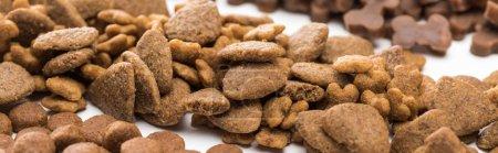 vue rapprochée de la nourriture fraîche sèche pour animaux de compagnie en ligne isolée sur blanc, panoramique