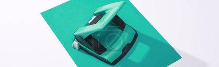 Photo pour Photographie panoramique de papier holepunch et coloré sur fond blanc - image libre de droit
