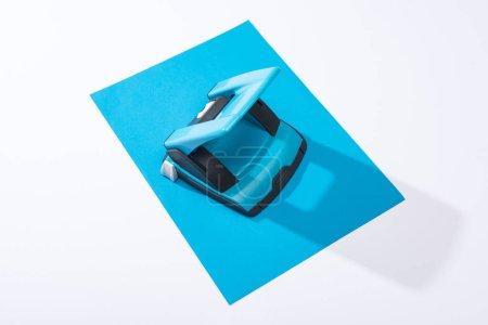Photo pour Vue à grand angle d'un holepunch et papier coloré sur fond blanc - image libre de droit