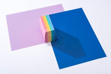 Foto de Vista de gran angular de papeles coloridos y notas pegajosas sobre fondo blanco. - Imagen libre de derechos
