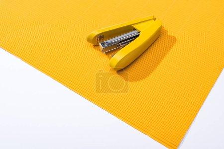 Foto de Vista de gran angular del parapente amarillo sobre papel brillante aislado sobre blanco - Imagen libre de derechos