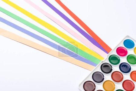 Foto de Vista de gran angular de las tiras de papel de color y acuarela aisladas sobre blanco. - Imagen libre de derechos