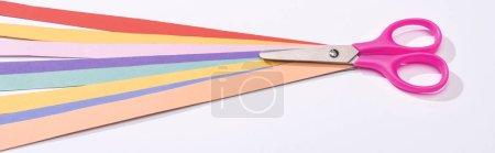 Photo pour Plan panoramique de ciseaux et de bandes de papier colorées sur fond blanc - image libre de droit