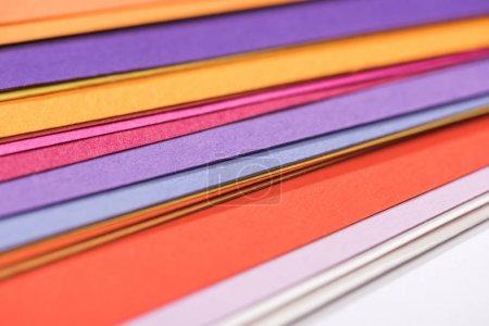 Photo pour Gros plan de papiers colorés, lumineux et vierges - image libre de droit