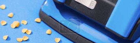Photo pour Photo panoramique de l'holepunch avec cercles en papier sur fond bleu - image libre de droit