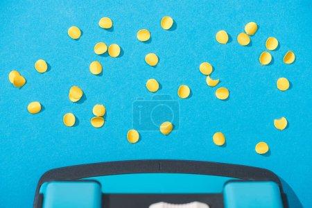 Foto de Vista superior del gancho con círculos de papel sobre fondo azul - Imagen libre de derechos