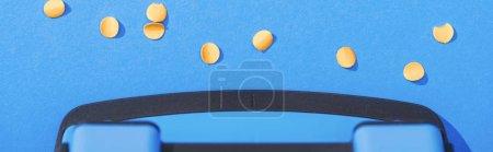 Foto de Foto panorámica del gancho con círculos de papel sobre fondo azul - Imagen libre de derechos