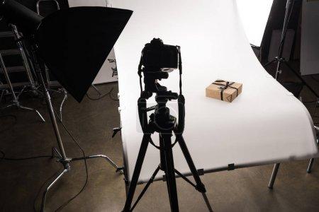 Photo pour Cadeau de Noël pour la photographie commerciale sur appareil photo numérique sur blanc en studio photo - image libre de droit