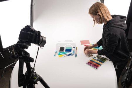 Photo pour Photographe à plat allongé avec fournitures de bureau pour la photographie commerciale sur blanc - image libre de droit
