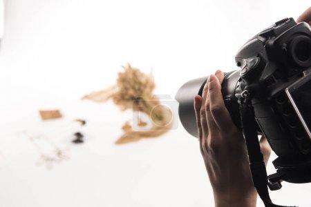 Photo pour Vue en coupe du photographe photo de la composition avec la flore et les accessoires sur l'appareil photo numérique sur blanc - image libre de droit