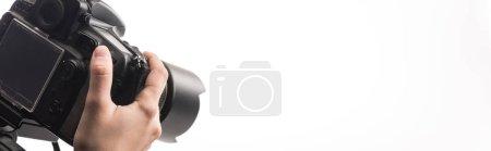 Photo pour Vue recadrée du photographe professionnel travaillant avec un appareil photo numérique isolé sur blanc, panoramique - image libre de droit