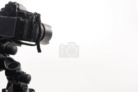 Photo pour Caméra numérique professionnelle noire isolée sur blanc - image libre de droit