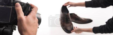 Photo pour Vue recadrée de photographes commerciaux faisant séance photo de chaussures masculines sur blanc, panoramique - image libre de droit