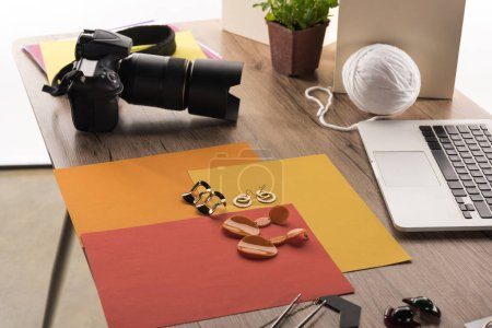 Photo pour Composition avec accessoires pour la prise de photos avec appareil photo et ordinateur portable - image libre de droit