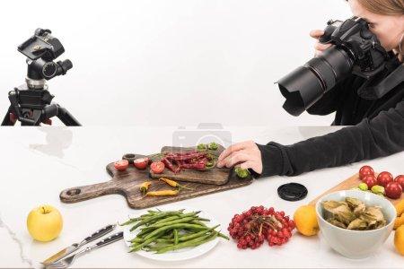 Photo pour Photographe féminine faisant la composition des aliments pour la photographie commerciale et prenant des photos sur un appareil photo numérique - image libre de droit