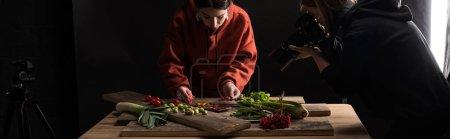 Photo pour Les photographes professionnels fabriquent des compositions alimentaires pour la photographie commerciale et prennent des photos sur un appareil photo numérique, photographie panoramique - image libre de droit