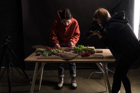 Photo pour Des photographes commerciaux fabriquant des compositions alimentaires pour prendre des photos sur un appareil photo numérique - image libre de droit