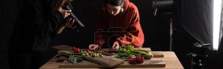 Photo pour Photographes faire de la composition alimentaire pour la photographie commerciale et de prendre des photos sur appareil photo numérique, panoramique - image libre de droit
