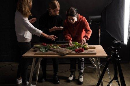 Photo pour Des photographes fabriquant des compositions alimentaires pour la photographie commerciale sur téléphone intelligent - image libre de droit